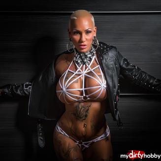 Frau mit silikon titten nackt
